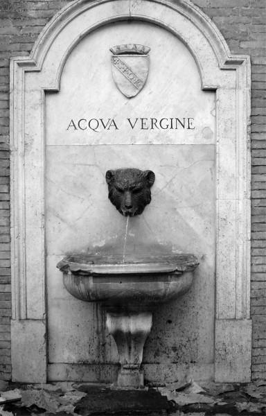 Die römische Vorlage eines Brunnens an der Via di Monte Brianzo