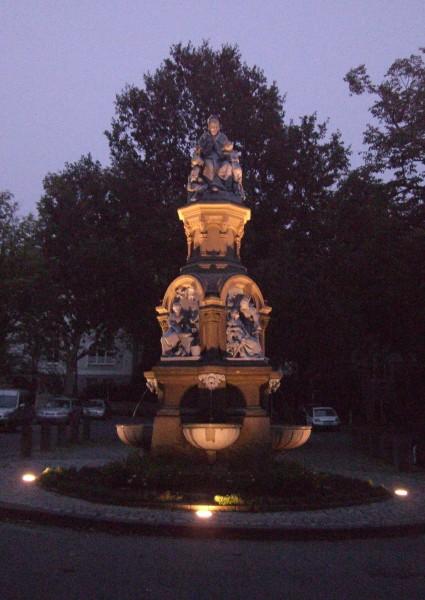 Der Brunnen in abendlicher Beleuchtung